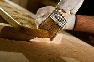 Proces impregnacji rozpoczynamy od nałożenia bezbarwnej wersji impregnatu, która głęboko wnika w drewno i zabezpiecza przed zagrożeniami biologicznymi.