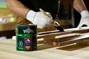 Drugą warstwę nakładamy impregnatem kolorowym, który zapewnia dodatkową ochronę, nadaje odpowiedni kolor oraz podkreśla słoje drewna.