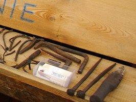 Ręcznie kute (2 i 3 od prawej) gwoździe znalezione w belkach pochodzących z rozbiórki