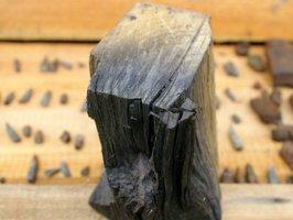 Garbniki zawarte w drewnie reagują z żelazem powodując czarne zabarwienie