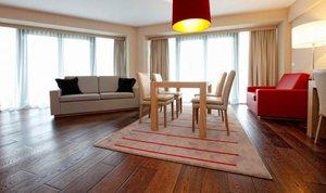 Drewniana podłoga w hotelowym pokoju (Bukovina)