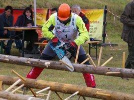 Podczas okrzesywania zawodnicy obcinają kołki imitujące gałęzie