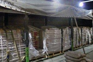 Nielegalny towar schowano pośród worków z pelletem