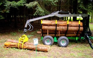 Przyczepa z żurawiem przeznaczona podwozu drewna w lasach z wąskimi szlakami zrywkowymi
