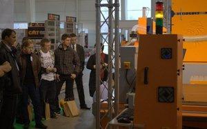 Zainteresowanie zwiedzających podczas pokazów pracy obrabiarki CNC