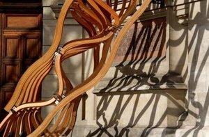 TIMBER WAVE przy wejściu do Muzeum Wiktorii i Alberta w Londynie