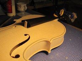 Kopia skrzypiec podczas sklejania