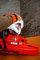 Demontaż osłony pozwoli na ocenę stanu technicznego elementów pilarki