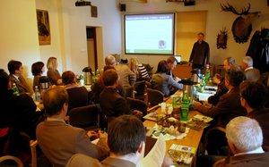 Rafał Szkudlarek opowiada o programie ochrony podkowca małego podczas seminarium w Roztoce Rycerskiej