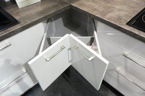 Najlepsze wykorzystanie wnętrza szafki narożnej zapewniają szuflady. Polska firma KAM opatentowała autorskie rozwiązanie w tym zakresie