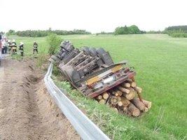 Wypadek ciężarówki przewożącej drewno
