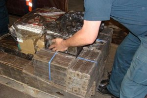 Przemyt papierosów w ładunku brykietu