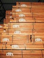 Drewno egzotyczne składowane w magazynach.