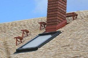 Dach z drzewa osikowego przez rok od ułożenia wysycha, przez co zmienia się jego barwa, co jest charakterystyczne dla drewna. Należy wtedy jak najrzadziej chodzić po dachu.