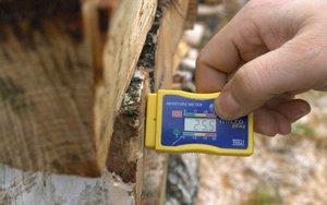 Wilgotność drewna świeżego po ok. dwóch tygodniach od pozyskania ma wilgotność ponad 25%