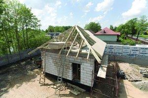 Zalety płyty MFP jako pokrycia dachowego można wzmocnić przez zastosowanie deskowania dodatkowo ocieplonego styropianem