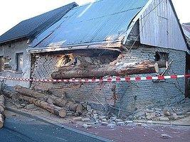 Kłody drewna poważnie uszkodziły dwa przydrożne budynki