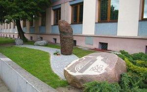 Kompozycja czterech głazów powstała dla uczczenia 60 rocznicy powstania ITD