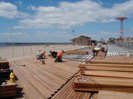 Promenada na plaży Coney Island realizowana z drewna cumaru przez Mataverde Premium Hardwood Decking