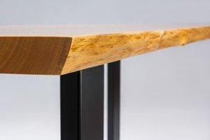 Stół jadalny wykonany ręcznie z drewna dębowego, o wymiarach blatu 85x240 cm oraz grubości na poziomie 5,5 cm
