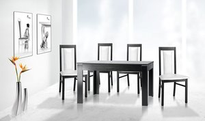 Do ciemnego stołu dobierz krzesła z jasną tapicerką. Pamiętaj też, że wenge źle wygląda na tle zimnej bieli, dlatego ściany pomaluj w beżach, gołębiej szarości lub ociepl wnętrze ciekawą footapetą lub czerwoną cegłą.