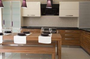 Pprecyzyjnie dobrane drewniane elementy wykończeniowe stosowane są dla ocieplenia wizerunku kuchni