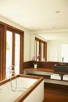 Nawet niewielka łazienka dzięki drewnu nabiera wyjątkowego uroku.
