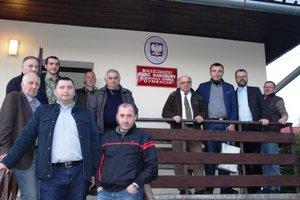 Delegacja gruzińska przed siedzibą Bieszczadzkiego Parku Narodowego w Ustrzykach Górnych.