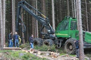 Pokaz pozyskania drewna w warunkach górskich, z wykorzystaniem maszyny wielooperacyjnej w Nadleśnictwie Świeradów.
