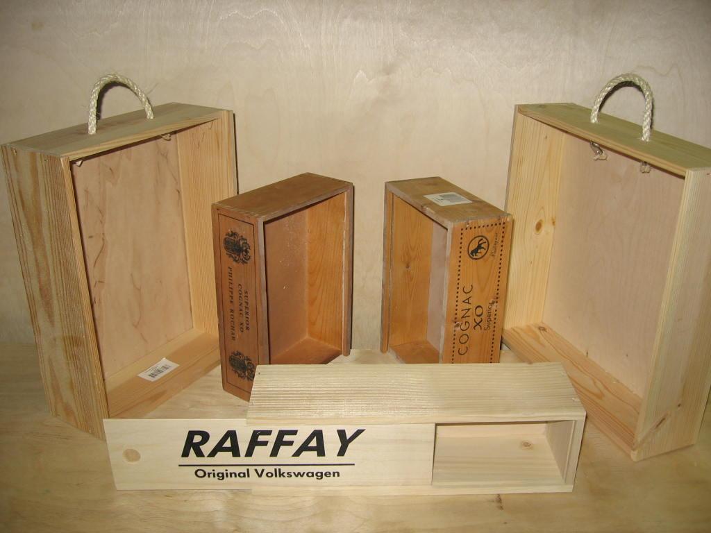 Skrzynki oraz stojaki drewniane na wino.