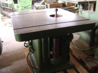 P26 Frezarka stołowa