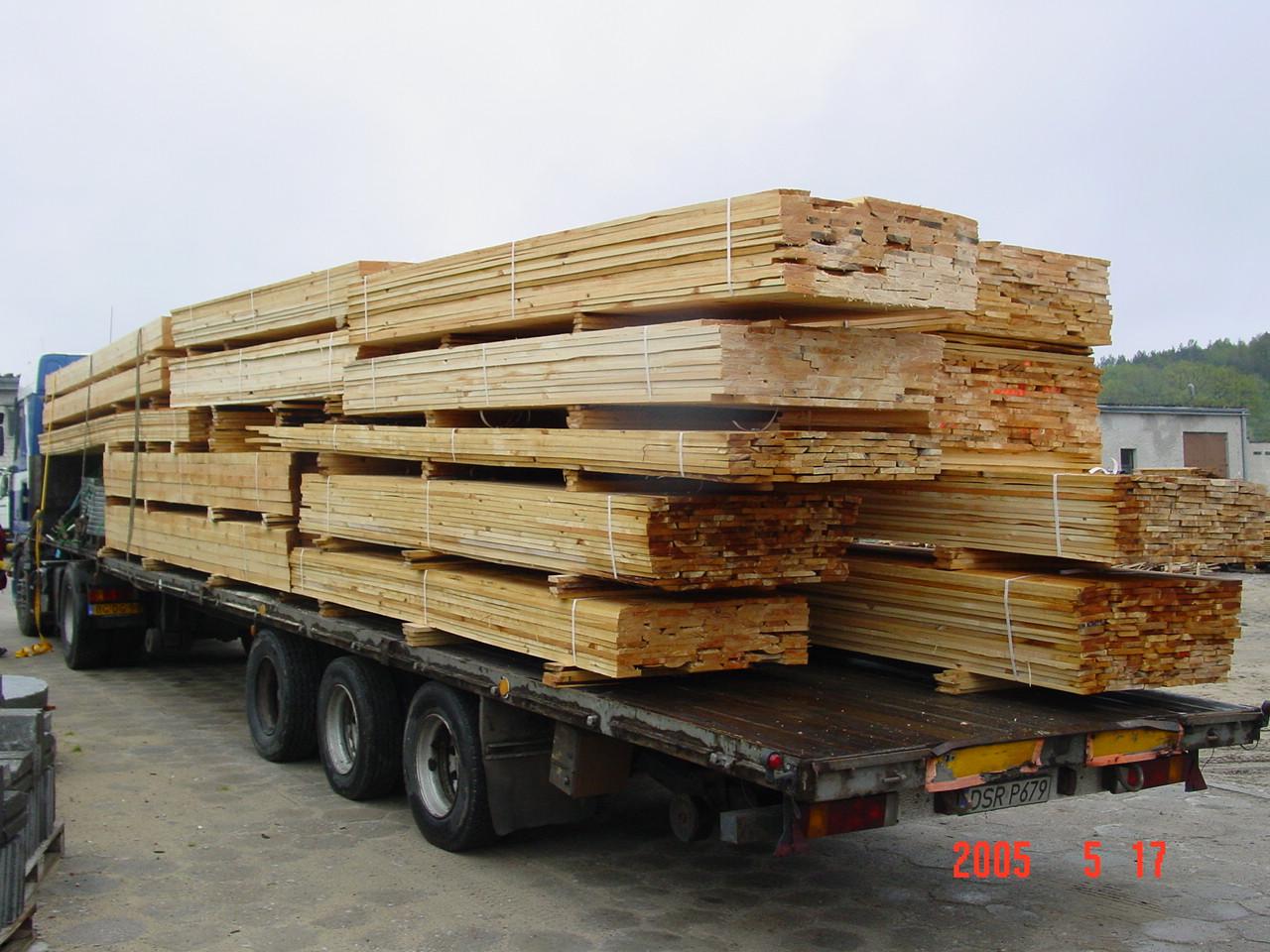 drewno budowlane: deski, krawędziaki, łaty