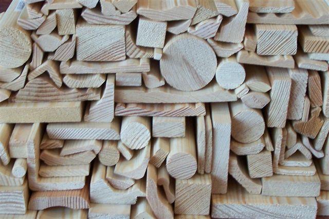 Sprzedaż listew z drewna sosnowego.