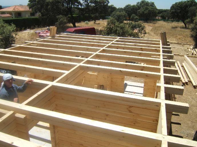 Ekipa montująca domy drewniane
