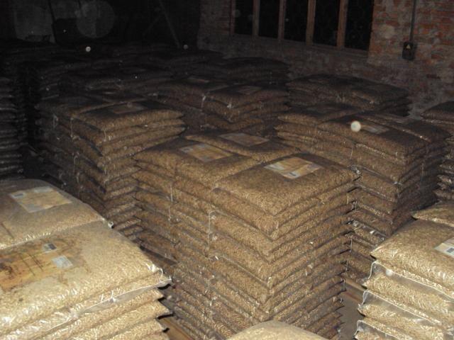 PELLET DRZEWNY jasny pakowany w worki po 15 kg. Ilości do 200 ton miesięcznie. Cena z dostawą do klienta. 590 zł netto