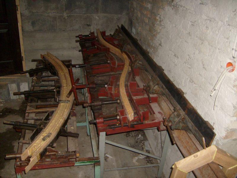 Stoły z metalowymi formami do wyginania klejonego drewna w łuki