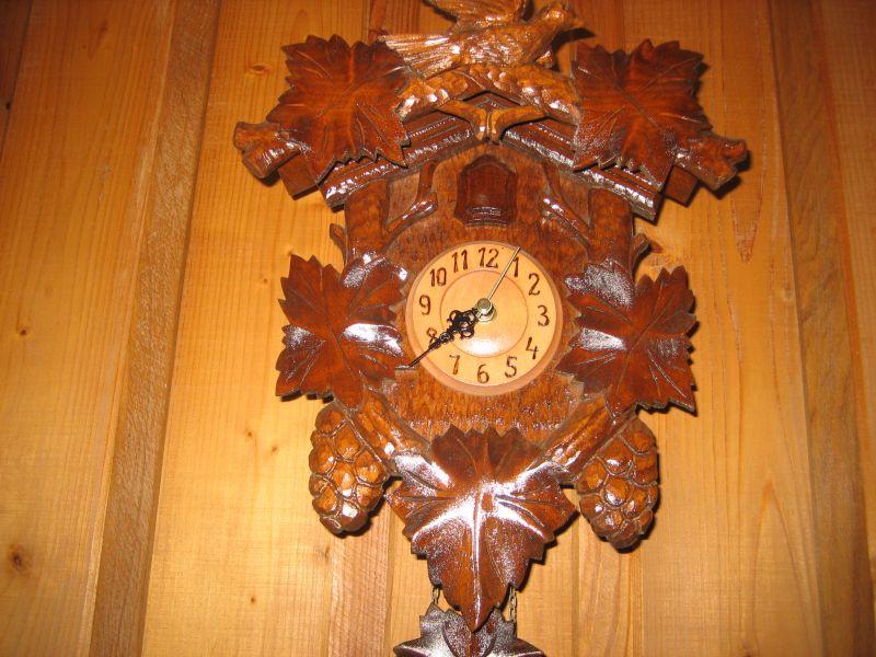 Rzezbione zegary scienne.
