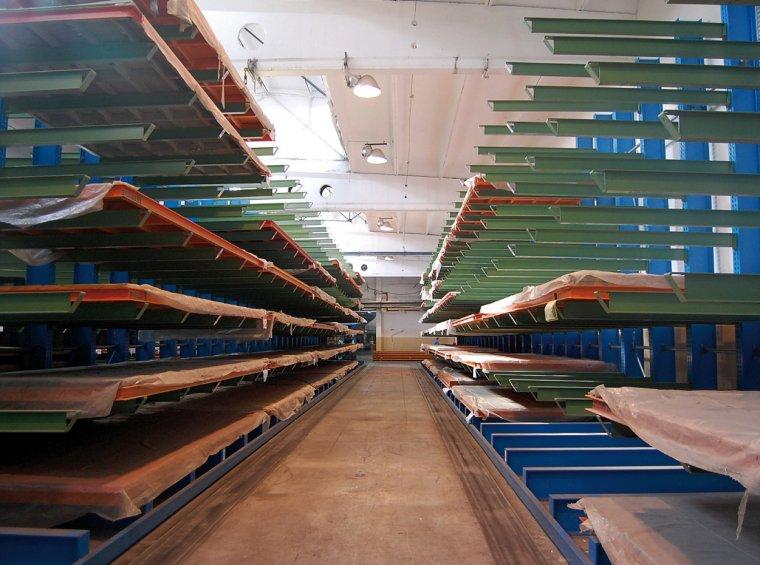 Z każdej drogi o szerokości 3560 mm obsługiwane są dwa rzędy regałów z paletami filmów do laminowania płyt drewnopochodnych.