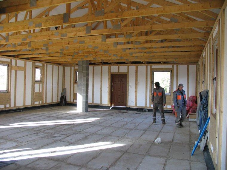 Dom parterowy z wiązarami. Wewnątrz brak ścian nośnych