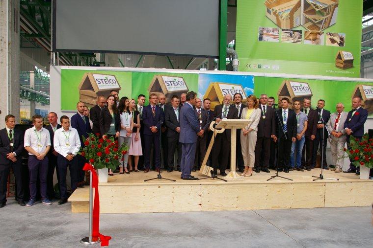 Udo Schramek, prezes STEICO SE, odbiera symboliczny klucz do fabryki LVL od zespołu realizującego inwestycję w Czarnej Wodzie