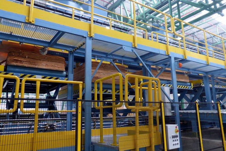 Pocięte arkusze sortowane są na cztery klasy jakości i sztaplowane