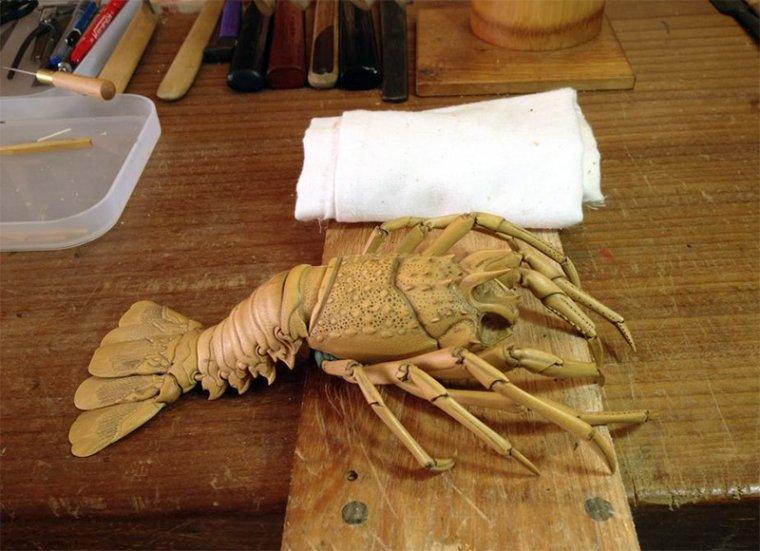 Drewniany homar wykonany został zgodnie z regułami tradycyjnej japońskiej sztuki Jizai Okimono
