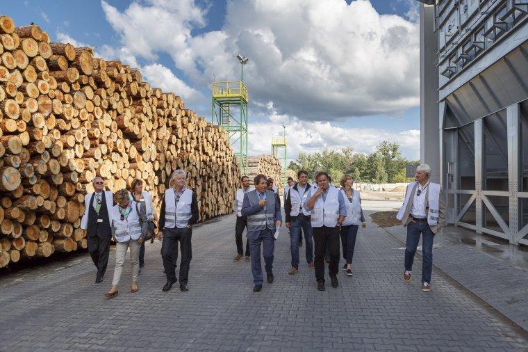 Udo Schramek, właściciel firmy STEICO, osobiście oprowadzał najważniejszych klientów po nowej fabryce w Czarnej Wodzie.