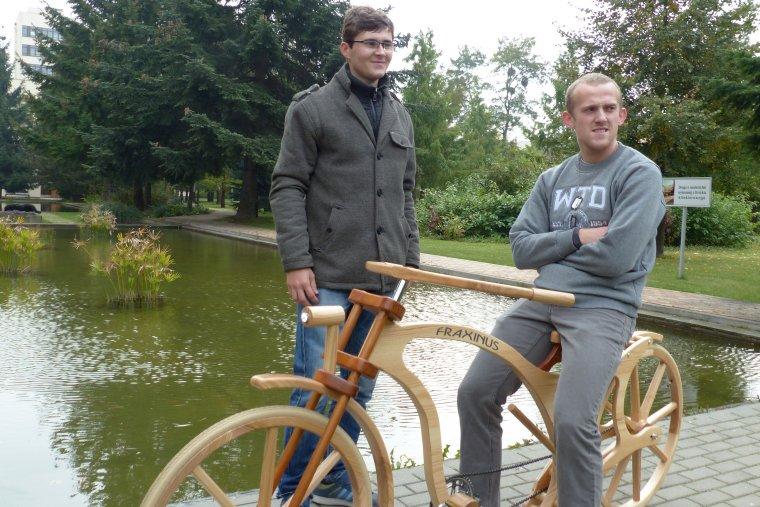 Zwycięzcy tegorocznej edycji konkursu Zbuduj Rower z Drewna: Kacper Manikowski i Sławomir Michalski i ich Fraxinus
