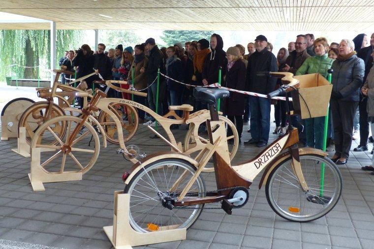 Finał konkursu Zbuduj Rower z Drewna odbył się przed budynkiem poznańskiego WTD