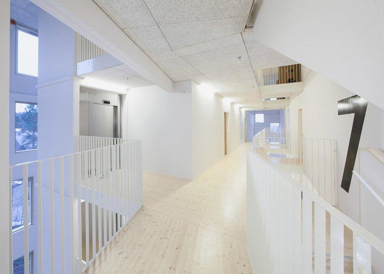 Klatki schodowe apartamentowca zaprojektowane tak by nie przytłaczały
