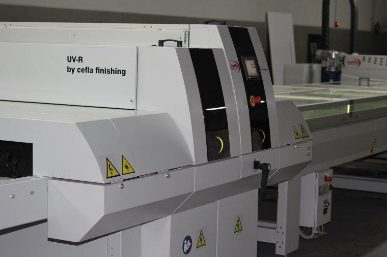 Na nowej linii w zakładzie Expo-Drew powstaje miesięcznie między innymi 7500 sztuk płyt drewnopochodnych lakierowanych dla producenta płytek z Opoczna, który nadrukowuje w firmie Expo-Drew informacje ekspozycyjne.