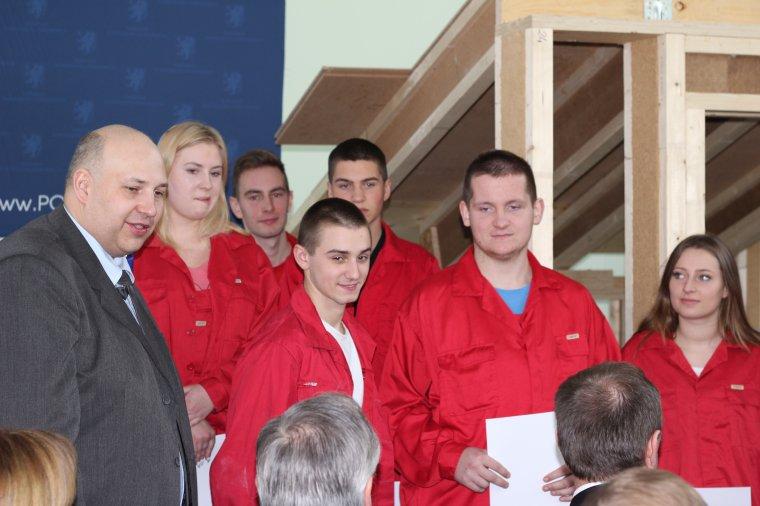 Uczniowie Państwowych Szkół Budownictwa, pod okiem Marcina Paczyńskiego z firmy STEICO (pierwszy z lewej), zbudowali model szkoleniowy domu energooszczędnego, który będzie wykorzystywany podczas szkoleń w AKADEMII STEICO. Ich zaangażowanie zostało nagrodz