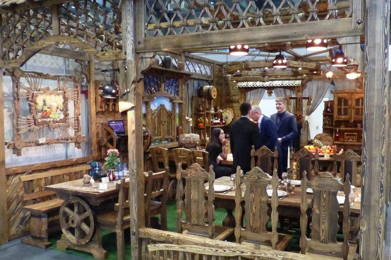 Na stoisku białoruskiej firmy Everest, producenta m.in. mebli do restauracji, królowało drewno