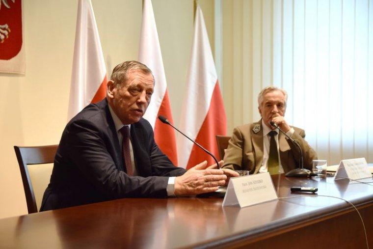 Jan Szyszko i Konrad Tomaszewski odpowiadają na pytania dziennikarzy